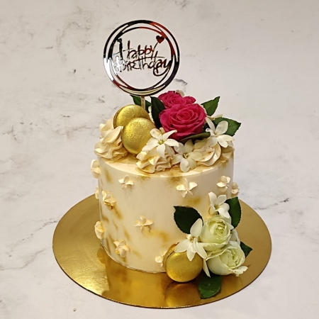 CAKE WITH GOLDEN MACROON