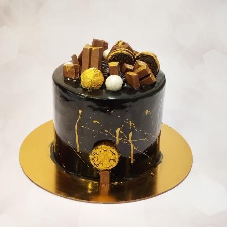 CHOCOLATE CAKE WITH BEAUTIFULLY GARNISHED